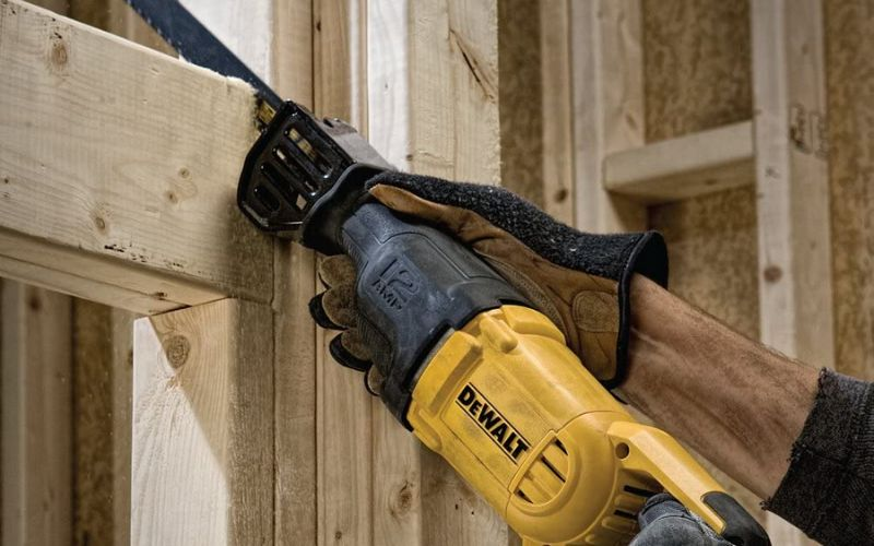 cutting wood with dewalt dwe305